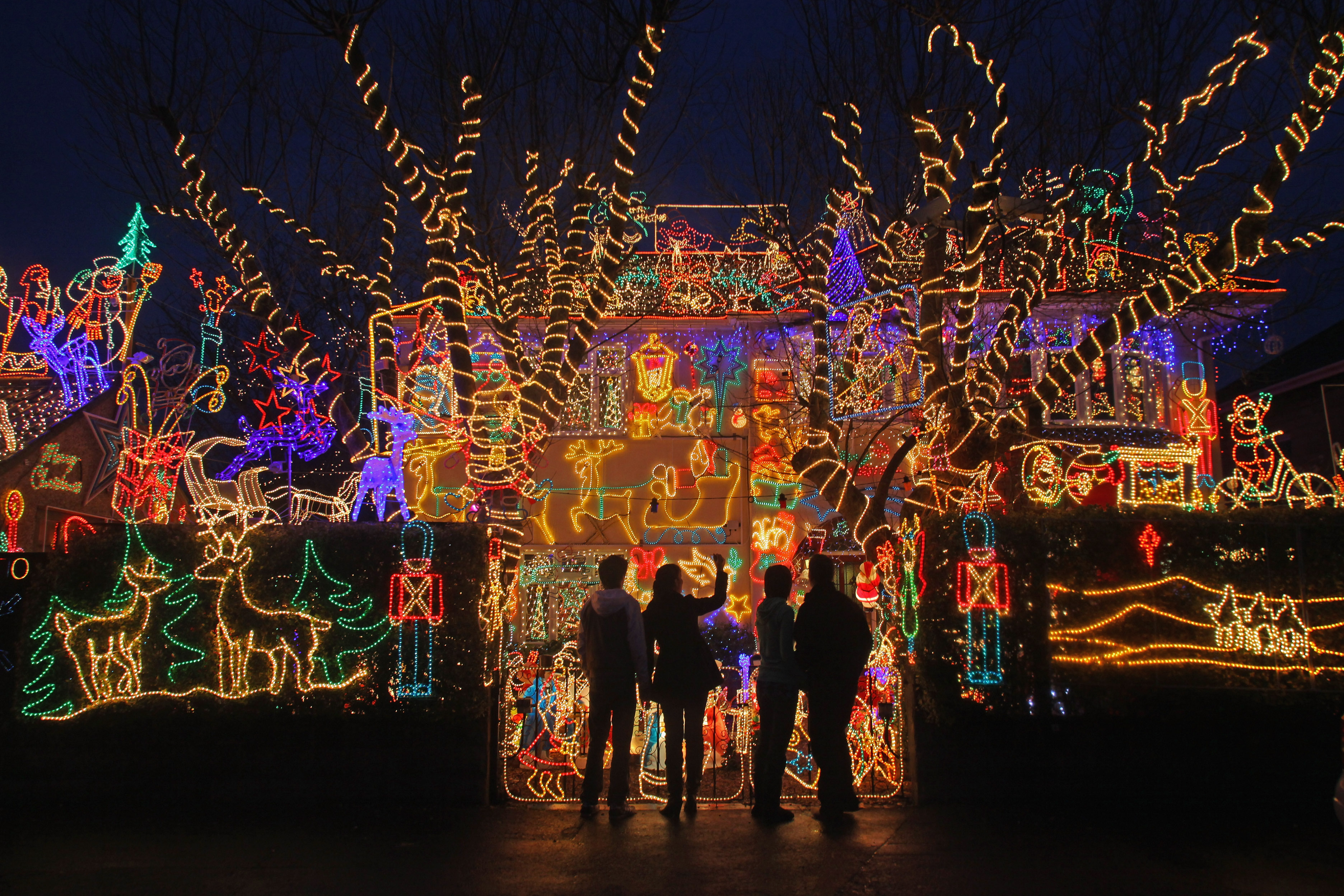 Map find dazzling holiday light displays in your for Christmas house music
